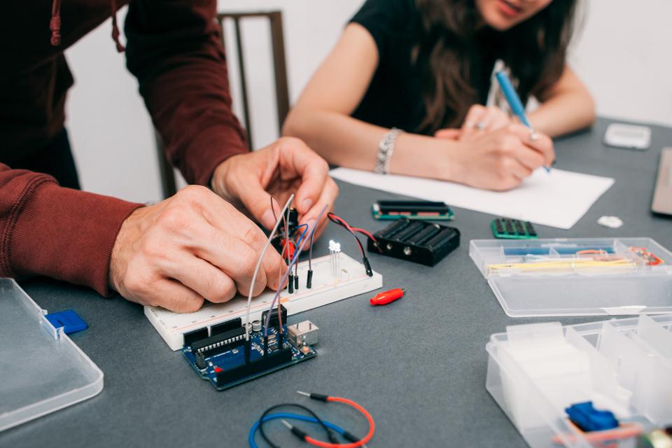 電気設計者の教育問題とは?設計現場における技術伝承の課題と解決策 - 世界標準の電気設計CAD EPLANブログ